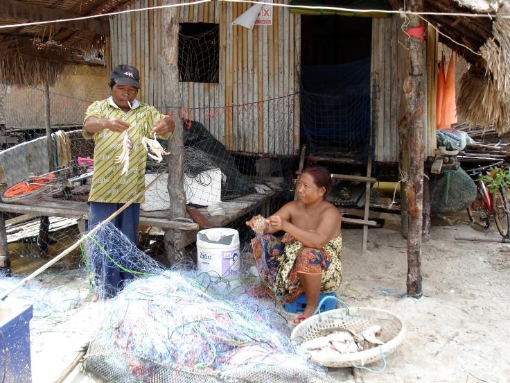 16.Både män o kvinnor jobbar med fiskeskörden[1]