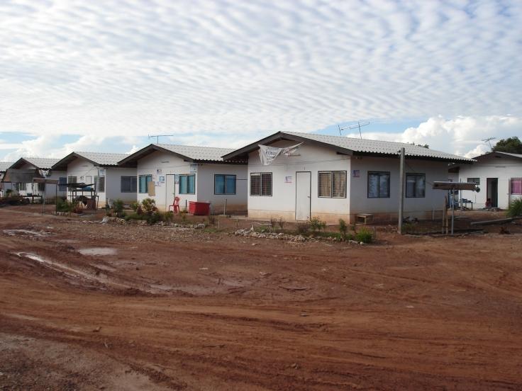 7.Nya hus efter tsunamin som byggdes flera km från havet vilka ersatte bostäder vid havet 2005-11[2]